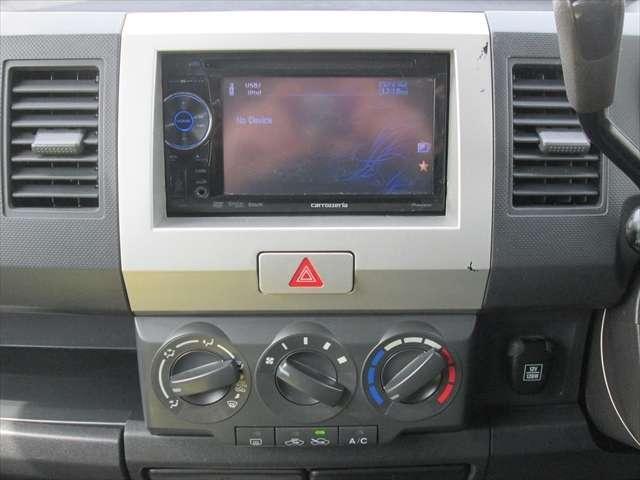 カロッツェリアのDVDプレーヤーになります。CD視聴もできます。エアコンの効きも問題ありません。