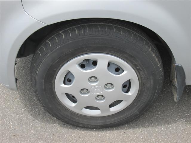 純正鉄ホイールが装着されています。タイヤブランドは、ファルケンです。タイヤサイズは、145/80R12です。残り溝はフロントが4mm、リアが2mmです。