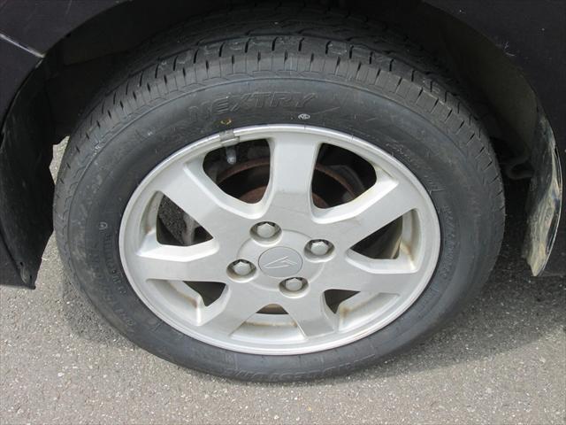 純正アルミホイールが装着されています。タイヤブランドは、ブリヂストンです。タイヤサイズは、155/65R14です。フロントタイヤは2本とも新品で、リアの残り溝は6mmです。