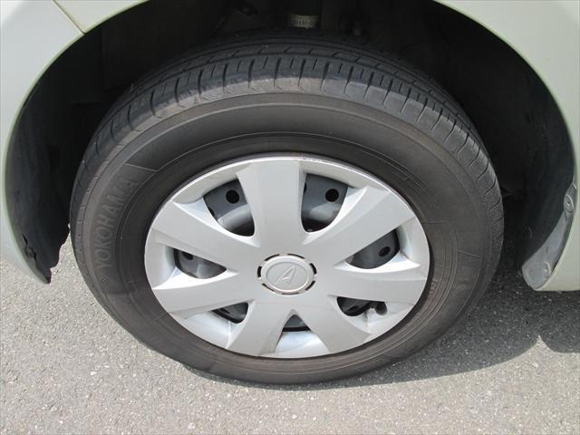 純正鉄ホイールが装着されています。タイヤブランドは、ヨコハマです。タイヤサイズは、145/80R13です。残り溝はフロントが4mm、リアが4mmです。