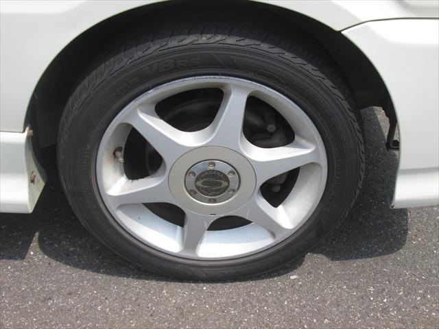 社外アルミホイールが装着されています。タイヤブランドは、ハンコックです。タイヤサイズは、165/55R14です。残り溝はフロントが5mm、リアが4mmです。