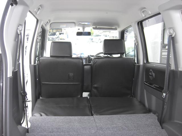 後部座席を折りたたむことで大きめの荷物を収納することができますよ。