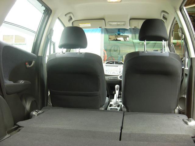 後部座席御折りたたむことで、大きめの荷物を収納することができますよ。