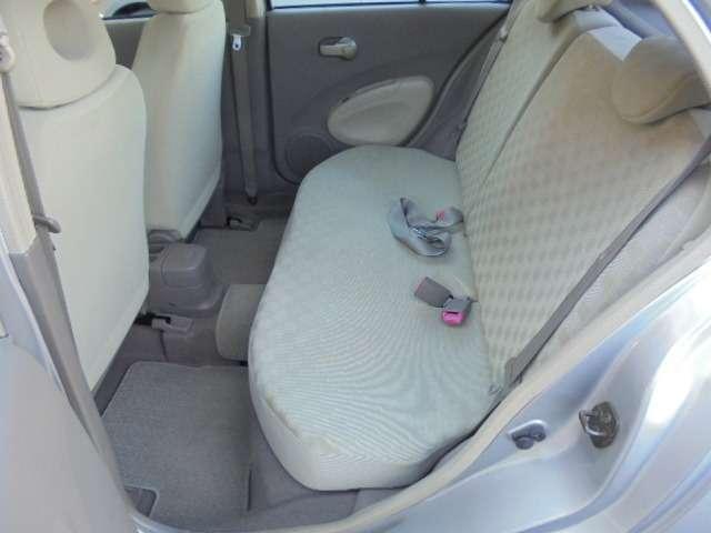 大人の方が座っても充分のスペース!ゆたっり、くつろぎ感のある後部座席です。