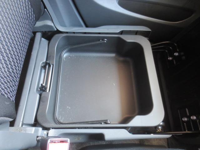 助手席の下にも収納スペースが有り小物の整理にも大活躍☆