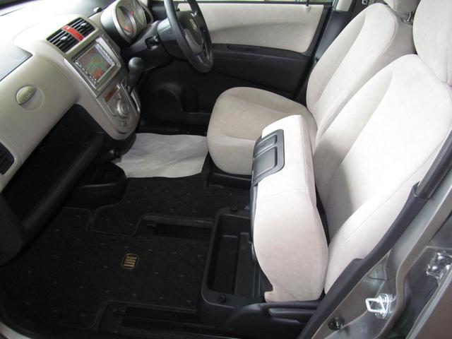 左側からの乗降りに便利な、助手席チップアップスライドシート!