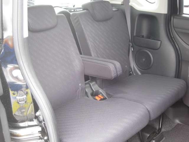 後席シートは個々にアームレストやドリンクホルダーのついた親切設計!