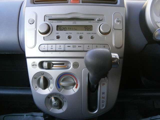 純正CDオーディオ!AUX入力付きで携帯オーディオの接続もできますよ!