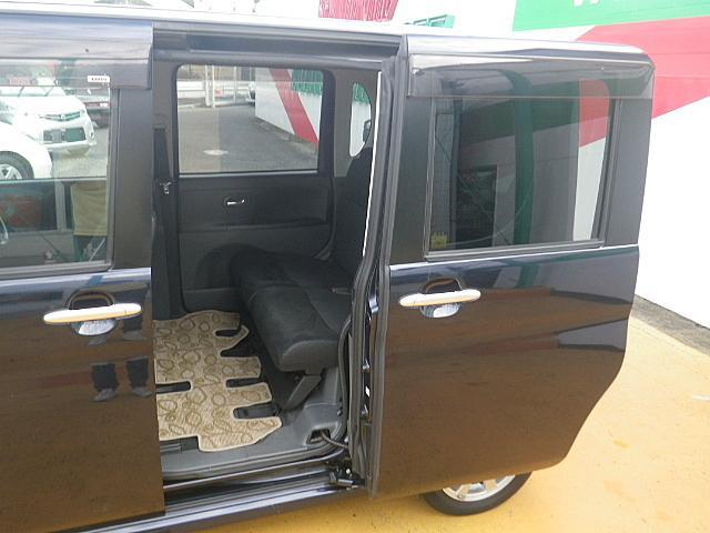 オートスライドドア付きで便利っ!狭い駐車スペースでの乗降りも問題なくできますっ!『ウチのクルマは自動でドアが開くんだよ~』って小さなお子様の自慢できる装備ですっ!