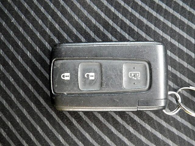 スマートキー付きです!ドアハンドルに手をかけるだけでキーロック解除!施錠時はドアノブにあるボタンをプッシュするだけ!キーを持たずに可能ですので、かなり便利ですよ!一度使えばクセになります!