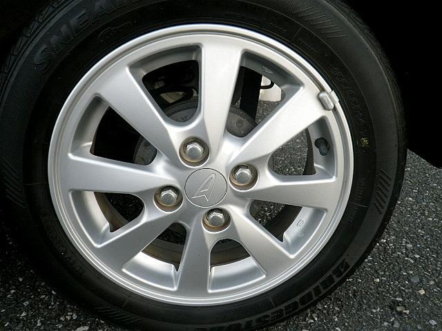 純正14インチアルミです!タイヤの溝もまだ大丈夫!消耗品部分で気になりますよね!新品タイヤをご希望の方は遠慮なく申し付けて下さい!!