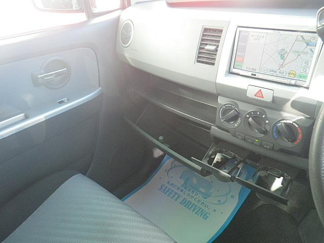 コラムシフトで足元スッキリ!手元操作で扱いやすい!運転席がゆったりしているので、ゆとりを持って運転できますね♪安全運転の大原則ですね!