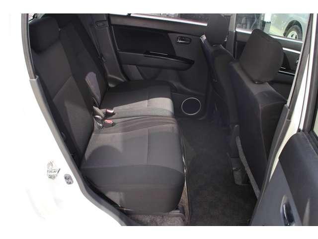 リヤシートも写真のとおり足元広々、長距離ドライブも快適です。