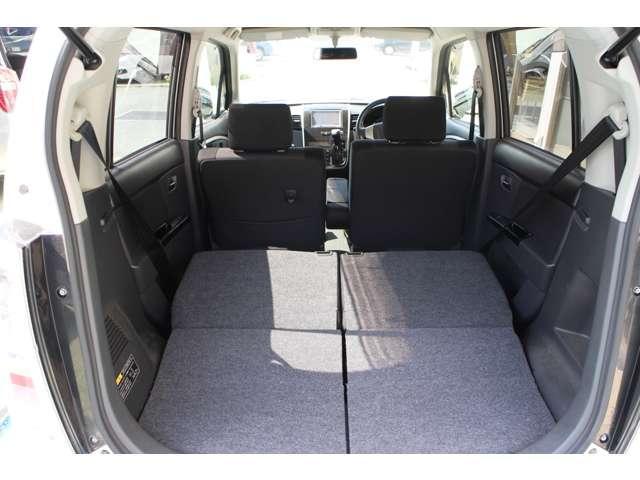 リヤシートは分割可倒式、乗車人数や荷物の量に合わせてシートを別々に折りたためます。