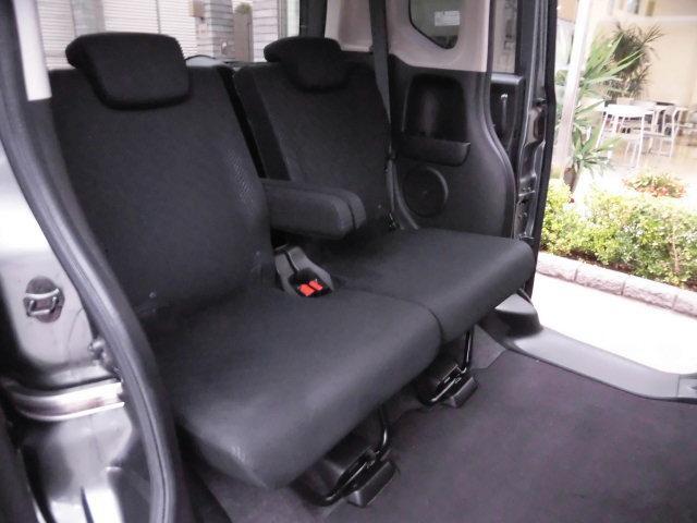 リクライニングが可能なセンターアームレスト付きリヤシート♪ 目立つシミや汚れなども無く、とても綺麗な状態を保っております! 足元スペースは普通車より広く、驚きの室内空間です!