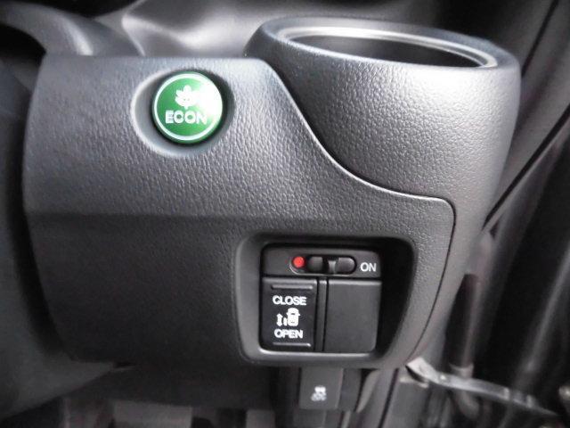 話題のイーコンモードで燃費も向上! 更に運転席側に設けられたスイッチからも電動スライドドアの開閉操作が可能となっており、大変便利です! もちろんリモコンキーからも同様の操作が行えます!