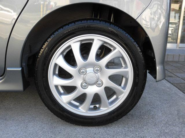 アルミホイールはホイールキャップと違って断然高級感が漂います。 上品なデザインでお車全体がさらに引き締まります。 アルミホイールも傷など無く大変綺麗で、タイヤの溝も十分に残っております!