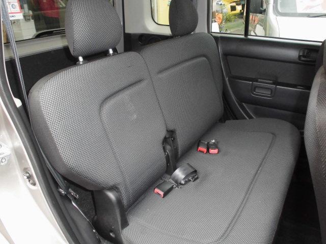 車内リアシートになります。空間をうまく使い広い車内です。