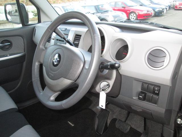 シックな色使いの運転席周り。すっきりとしたデザインと上品な色使い。居心地の良い運転席、長く座ってられるリラックスできるデザイン。