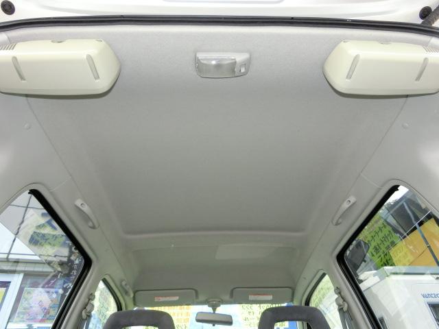 リヤスピーカーが据付けられている天井に目立つキズや汚れはありません
