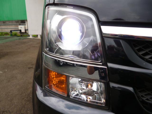 純正HIDヘッドライトが付いておりますのでとても明るいです、夜のドライブも安全快適にお楽しみいただけます。