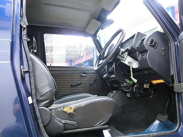 車両入庫時には、前オーナー様より詳しくお話しをお伺いさせて頂き、プロの査定士が「事故等による修復歴」「不具合等が無いか」などのチェックを行っておりますので、より安心してお乗り頂ける車となります。
