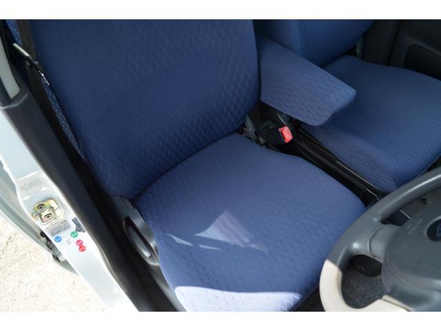 室内は、エアコンの吹き出し口、シートの下部、各パネル、シート、天井、各スイッチ部など丁寧に清掃を行っております。尚、抗菌効果を併せ持った液剤を使用しておりますので、お子様にも安心です。