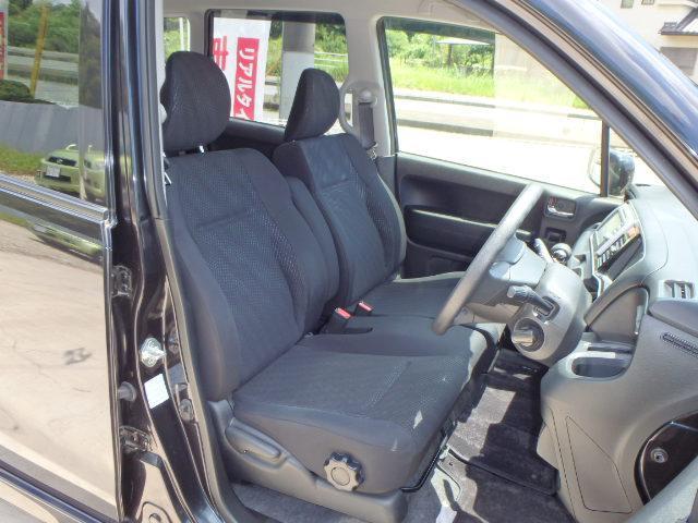 大きな座面と包み込むような背もたれで、快適な運転をサポートしてくれます!運転席はシートの高さを調整っできるシートリフタ−付き♪