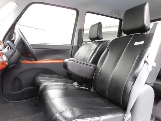 アームレスト付き1列目シート。シートには革調のシートカバーを取り付けているので、とてもおしゃれ♪