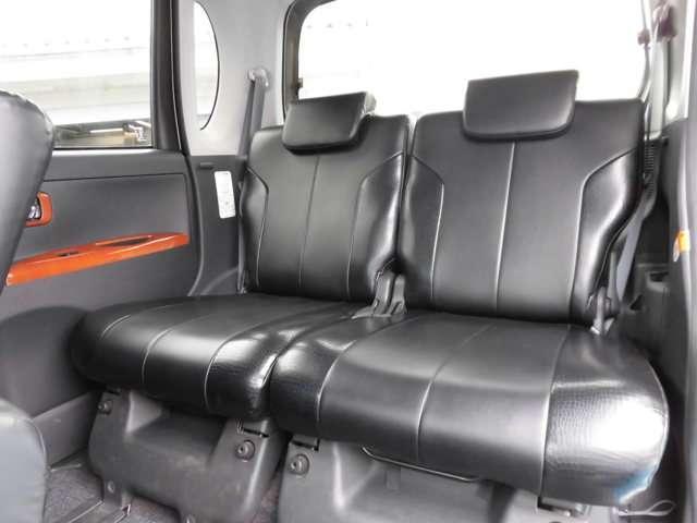 2列目シートも革調シートカバー付き!ヘッドレストや、スライド機能も付いているので、より快適におくつろぎいただけます♪