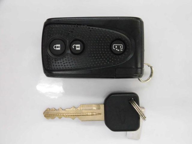 ドアの施錠開錠時や、エンジンをかける時に免里奈スマートキー♪カバンからキーを取り出すことなくお車に乗り降りできます!スペアキーも付いているので、万が一のときも安心です!