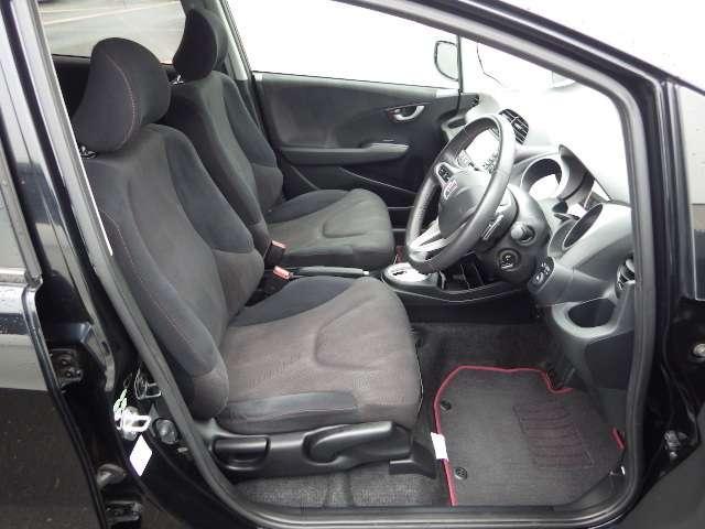 低重心フロアを採用しており、車内の頭上空間が広く出来ております。