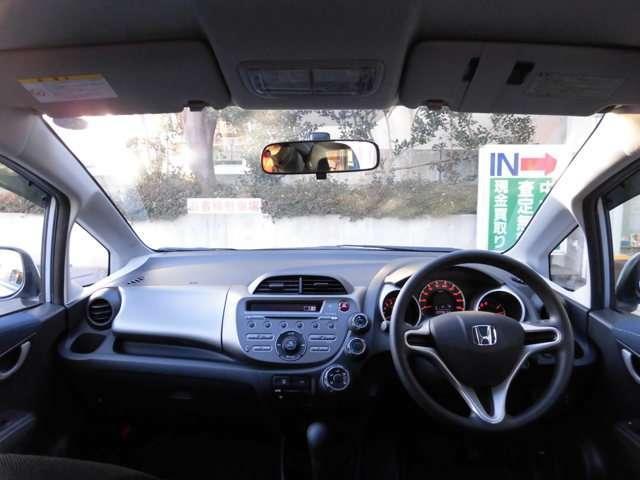 大きなフロントガラスで視界も広く運転しやすいですよ。