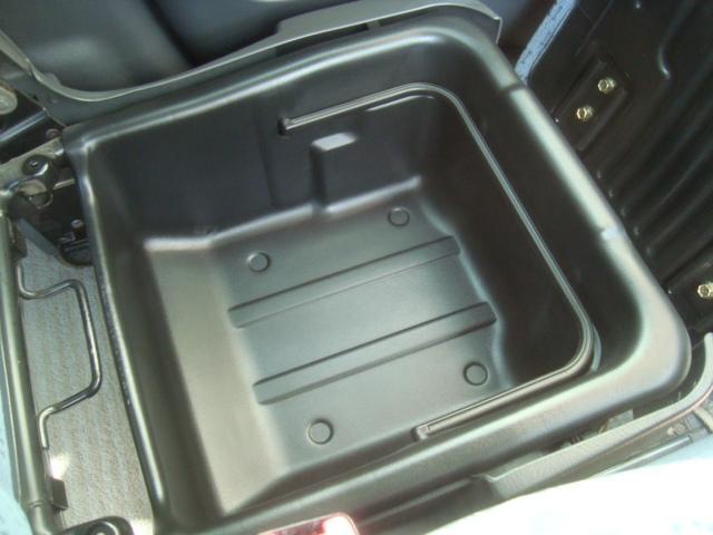 助手席シート下には嬉しい収納BOXがあります!!があります!!