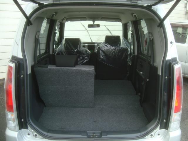 後部座席を倒せば大きな荷物も入る広さの収納スペース!!