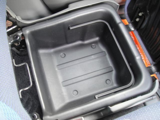 助手席シート下には嬉しい収納BOXがあります!!
