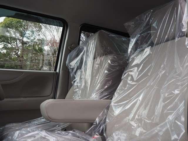 充分な広さを確保した、快適な前席!特に足元の広さに驚き!!アームレスト付ですので長距離ドライブも楽になります!