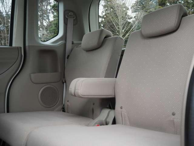 後部座席は一段階リクライニングで足元も広々、座面を上げれば高さのある物も倒さず積めます。