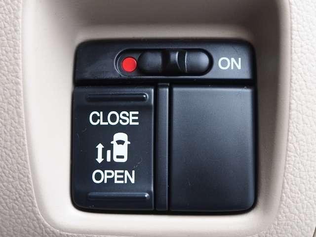 両側スライドドア!左側電動スライドすることで小さいお子様やご年配のかたも簡単にスライドドアが開閉でき、タクシー感覚で乗降時にお楽しみいただけます♪電動機能はOFFにもできます。お子様の駆け出しも安心!