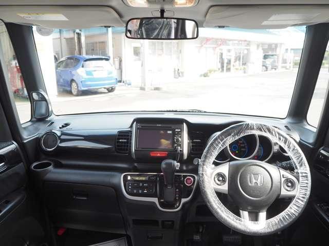 ドライバー目線の画像です。スイッチ類が運転席から手が届く位置に配置されていて、使いやすく、更に視界も確保されているので、見やすいですよ!運転席は高さの調節が出来ます。理想のポジションで安全運転。
