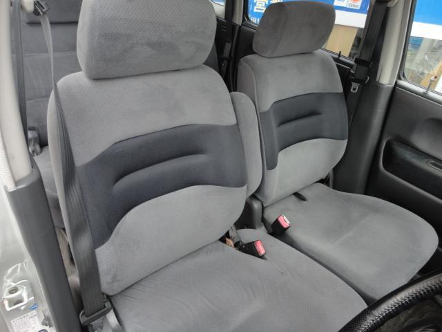 前、後部座席ともにベンチシート。