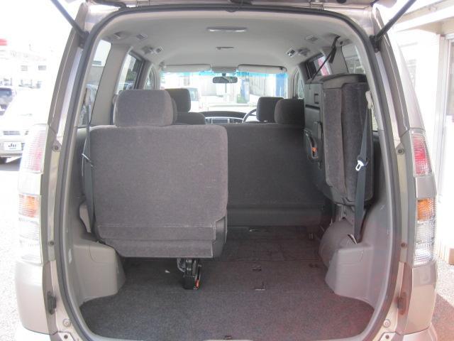 サードシートはサイドへ跳ね上げのタイプになります。