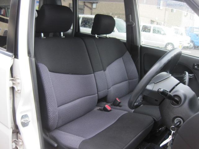 フロントベンチシートなので運転席足元もゆったり、広々快適です♪助手席へのウォークスルーも楽々可能!