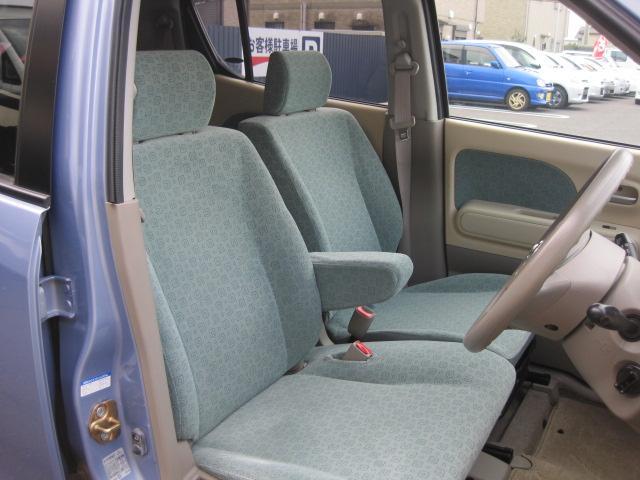フロントシートに肘掛装備です。
