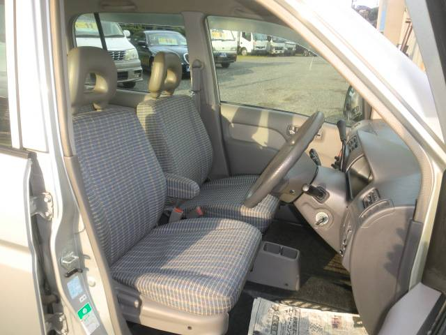 運転席・内装もきれいです。
