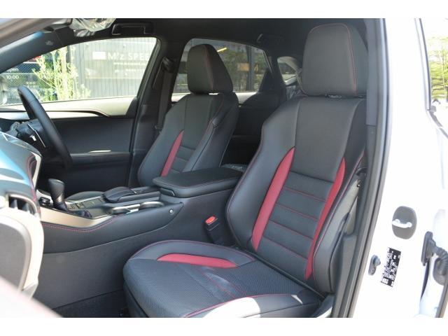 運転席&助手席 ブラック&ダークローズ内装です。