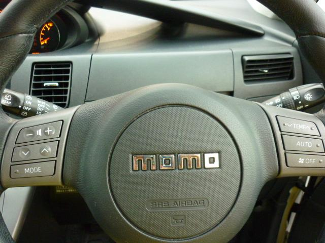 イタリア・モモ製革巻きステアリング装備☆左側はオーディオスイッチでボリュームなどをハンドルから手を離すことなく操作できます。右側はエアコンスイッチで温度設定やオートスイッチのON/OFFが出来ます。