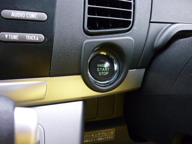 電子カードキーを携帯していれば、電子カードキーかマスターキーがないとエンジンが始動しない、イモビライザー機能付。始動はプッシュスタートとなっております。