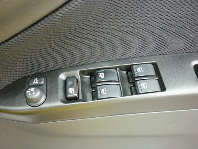 電動格納式ドアミラースイッチとパワーウインドゥスイッチは照明付きで夜間の操作にとっても便利♪高級車にか付いていない装備です♪