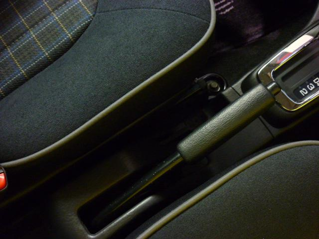 パーキングブレーキは手動式です。フロアコンソールには引き出し式のドリンクホルダーを装備しております。